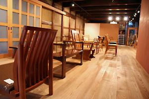 蔵の中の椅子展
