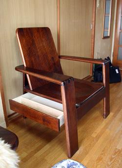 引出しの椅子
