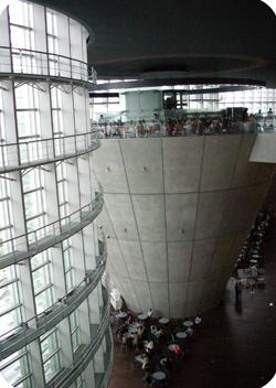国立新美術館内