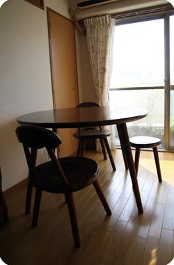 くるみの丸テーブル、Aチェア、三足スツール
