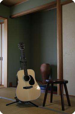 ヤイリギターと四足スツール
