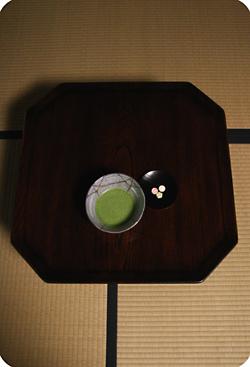 欅拭漆隅切膳とお抹茶