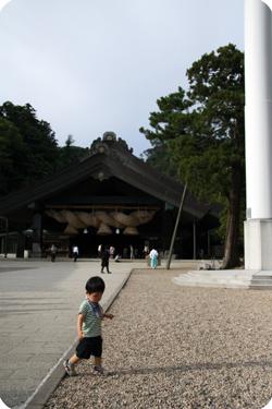 出雲大社神楽殿と一鴻