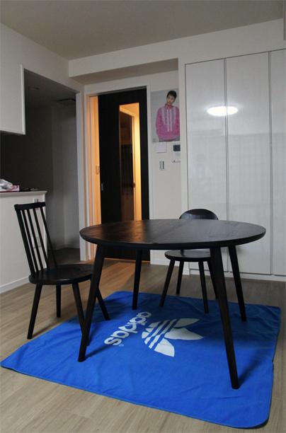 くるみの丸テーブル、Aチェア、スティックチェア